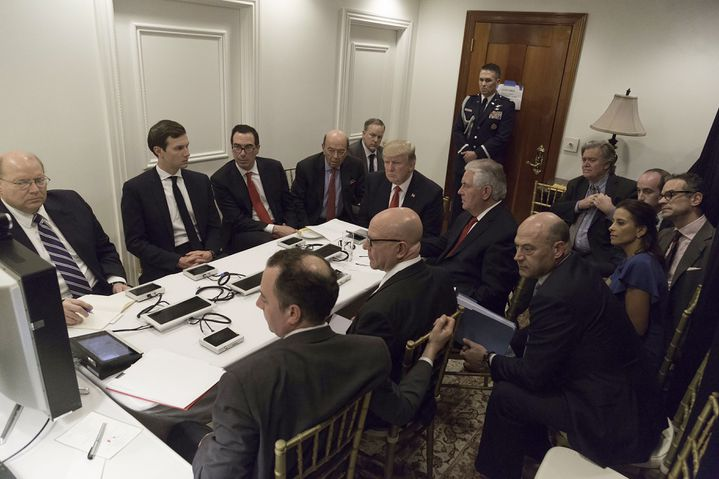 Donald Trump et ses conseillers en matière de sécurité, lors d'une discussions sur la frappe de missiles en Syrie, le 6 avril 2017 en Floride. (- / THE WHITE HOUSE)