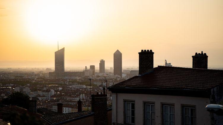 Une vue aérienne de Lyon lors d'un épisode de pollution, le 13 août 2021. (NICOLAS LIPONNE / HANS LUCAS)