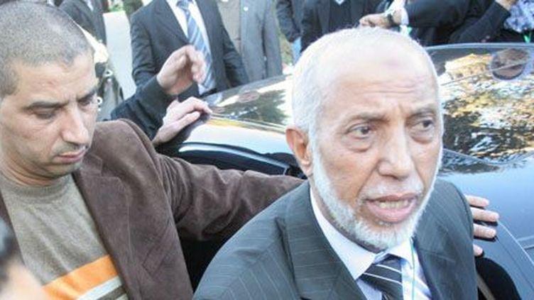 Abdelaziz Belkhadem, la mine défaite, quittant la réunion du comité central du FLN après sa défaite le 31 janvier 2013 (AFP PHOTO/STR)