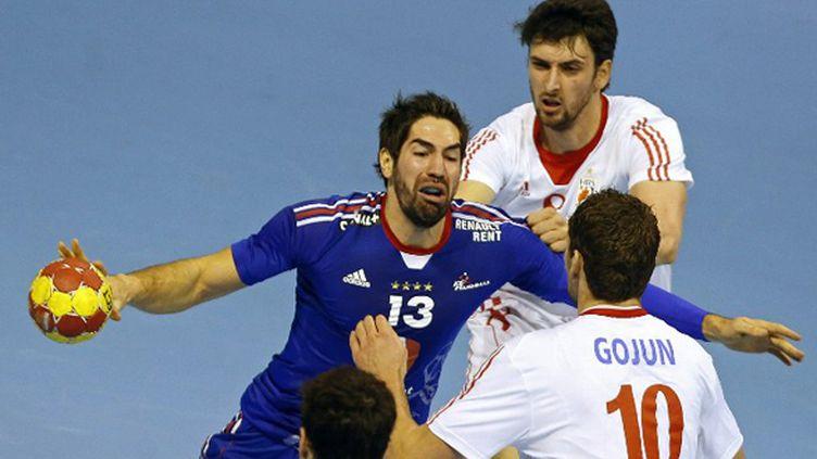 Nikola Karabatic tente de passer en force face à la défense croate (JOSE JORDAN / AFP)