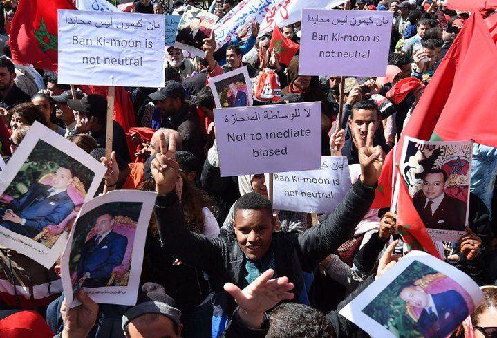 Des milliers de marocains manifestent à Rabat le 13 Mars 2016 pour dénoncer la déclaration de Ban Ki-Moon sur le Sahara Occidental. Il avait parlé de «territoire occupé». (Photo AFP/Fadel Senna)