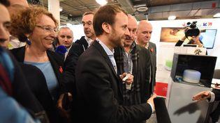 Emmanuel Macron, alors ministre de l'Economie, et Muriel Penicaud, alors directrice de l'organisme public Business France, lors du Consumer Electronics Show à Las Vegas (Nevada), le 7 janvier 2016. (ROBYN BECK / AFP)