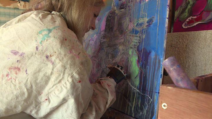 Priscille Deborah dans son atelier de peinture à Albi (France 3 Occitanie)