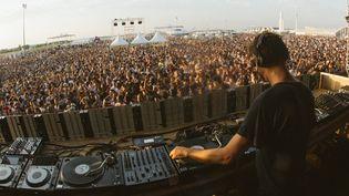 Ricardo Villalobos mixe au vinyle face à la foule du Weather Festival au Bourget, le samedi 7 juin 2014.  (Jacob Khrist)