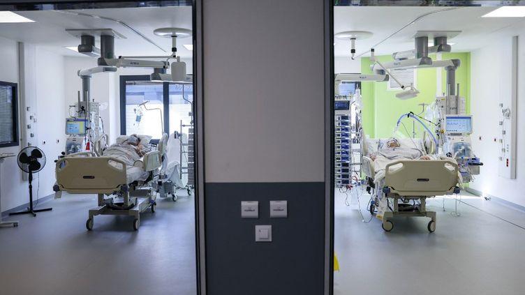Des patients dans une unité de soins intensifs de l'hôpital Delafontaine, à Saint-Denis (Seine-Saint-Denis), le 29 mars 2021. (THOMAS SAMSON / AFP)