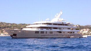 """Le """"Reborn"""", le luxueux yacht de Bernard Tapie, en baie de Beaulieu-sur-Mer (Alpes-Maritimes), le 29 août 2014. (MAXPPP)"""