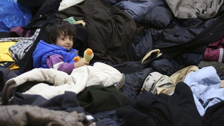 (Enfant réfugié arrivé en train à Dormund en Allemagne © REUTERS/Ina Fassbender)