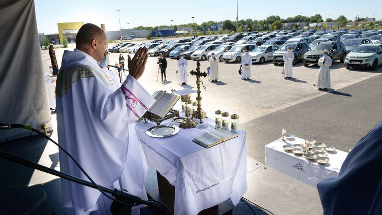 """Plusieurs centaines de chrétiens sont venus assister à cettemesse en """"drive-in"""" sur le parking du parc des expositions de Châlons-en-Champagne. (REMI WAFFLART / MAXPPP)"""