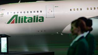 Un avion de la compagnie aérienne italienne Alitalia à l'aéroport Fiumicino à Rome le 4 juin 2015. (SILVIA LORE / NURPHOTO/AFP)