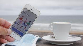 L'application #TousAntiCovid permet à chacun d'afficher son pass sanitaire. (THIBAUT DURAND / HANS LUCAS / AFP)