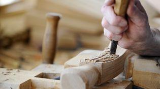 Un atelier de travail du bois chez le fabricant de meubles de luxeCounot-Blandin. (JEAN-CHRISTOPHE VERHAEGEN / AFP)
