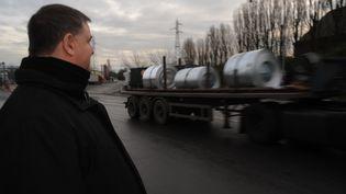 Gaston Bedo devant l'usine ArcelorMittal dans laquelle il travaille depuis près de trente ans. (HERVE POZZO / FRANCETV INFO)