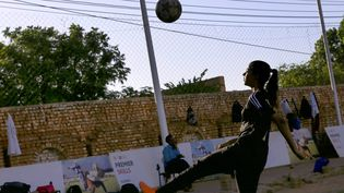Orjuan Essam, 19 ans, footballeuse soudanaise à l'entraînement dans un stade de Khartoum, le 20 novembre 2019. (ASHRAF SHAZLY / AFP)