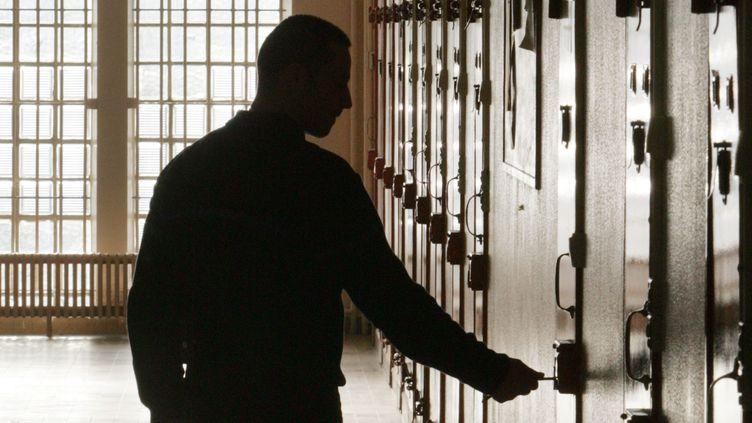 Un gardien à la porte d'une cellule,le 31 janvier 2006, à la centrale de Clairvaux (Aube). (JACK GUEZ / AFP)