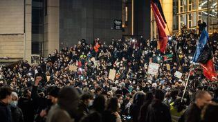 Foule sur les marches de l'Op?ra de la Bastille en fin de manifestation. Manifestation contre la loi de securite globale a Paris, le 28 novembre 2020. (VIRGINIE MERLE / HANS LUCAS)