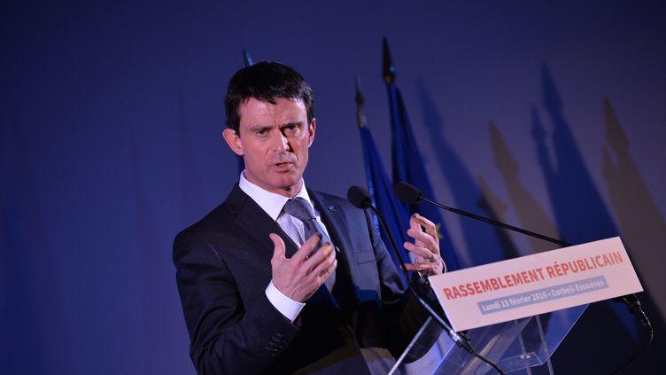Le Premier ministre Manuel Valls lors d'une réunion publique à Corbeil-Essonnes (Essonne), le 15 février 2016. (MIGUEL MEDINA / AFP)