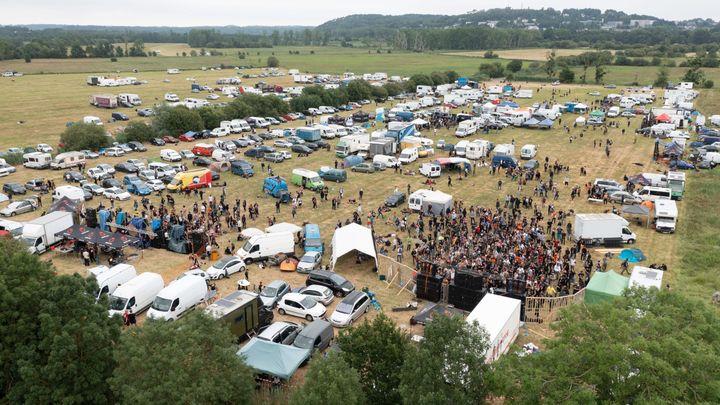 Les participants à la rave-party deRedon (Ille-et-Vilaine), le 19 juin 2021. (FRANCK DUBRAY / MAXPPP)