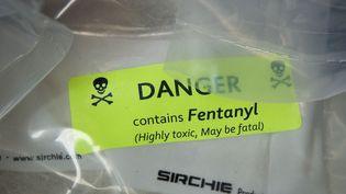 Des sachets d'héroïne, parfois coupée au fentanyl,un analgésique opioïde prescrit contre les douleurs chroniques, photographiés lors d'une saisie de drogue, à New York (Etats-Unis), le 23 septembre 2016. (DREW ANGERER / GETTY IMAGES NORTH AMERICA / AFP)