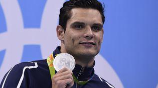 Florent Manaudou reçoit la médaille d'argent du 50 m nage libre aux Jeux olympiques de Rio (Brésil), le 12 août 2016. (GABRIEL BOUYS / AFP)