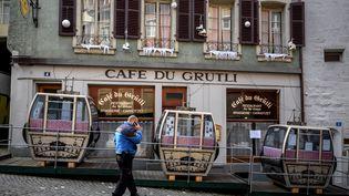 La devanture d'un café-restaurant à Lausanne, en Suisse, le 12 mars 2021. (FABRICE COFFRINI / AFP)