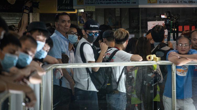 Des attaques brutales contre des manifestants pro-démocratie aux mains d'agresseurs suspectés d'appartenir aux triades, le 21 juillet 2019 à Hong Kong. (PHILIP FONG / AFP)