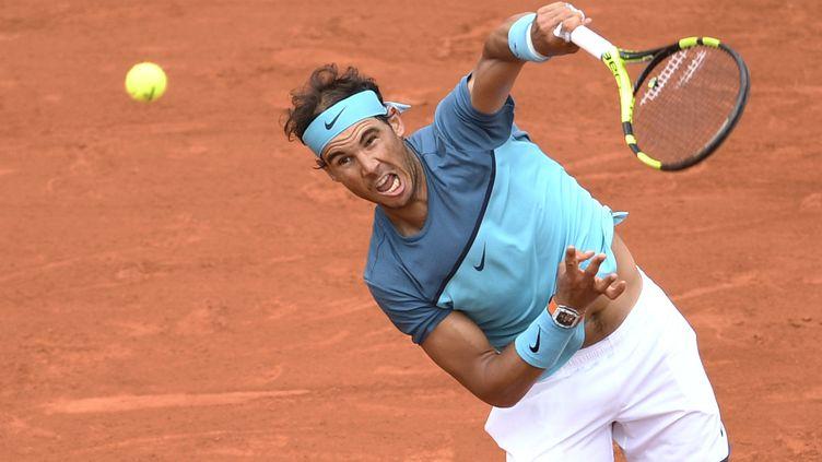 Rafael Nadal sert le 26 mai 2016 à Roland-Garros (Paris) face àFacundo Bagnis. (MARTIN BUREAU / AFP)