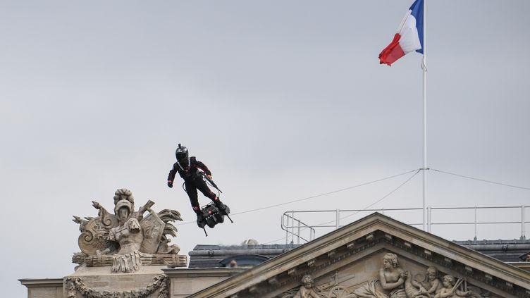 """Franky Zapata et son """"Flyboard"""", le 14-Juillet 2019 à Paris. (ALAIN JOCARD / AFP)"""