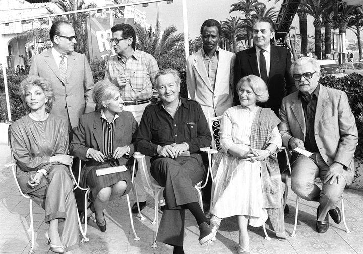 Lia Van Leer parmi les membres du jury du Festival de Cannes 1983 (assise, deuxième en venant de la droite). A sa droite, le président du jury, l'écrivain William Styron (lui-même assis à côté de la journaliste Yvonne Baby) et à sa gauche, le réalisateur Serguei Bondartchouk. A noter aussi, la présence dans ce jury des grands cinéastes Youssef Chahine et Souleymane Cissé (les deux au centre, debout).  (RALPH GATTI / AFP)