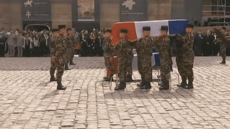 Un hommage national est rendu aux militaires français morts en Afghanistan, jeudi 14 juin dans la Cour d'honneur des Invalides, à Paris. (FTVI)