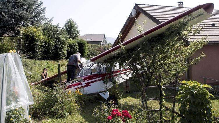 L'avion s'est posé dans le jardin d'une maison d'Annecy-le-Vieux mercredi 1 août. (GREGORY YETCHMENIZA / MAXPPP)