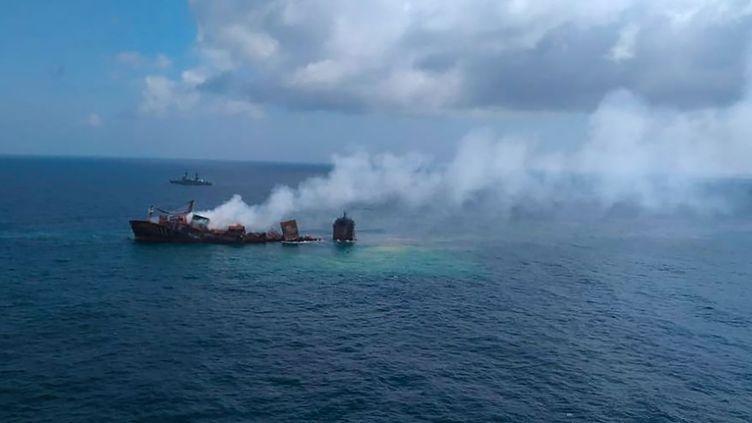 """Vue aérienne du cargo en perdition """"MV X-Press Pearl"""", ravagé par un incendie qui a provoqué une catastrophe écologique du Sri Lanka,le 2 juin 2021. (SRI LANKA AIR FORCE / AFP)"""