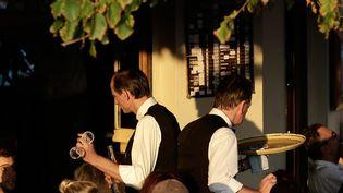 Deux serveurs d'un café parisien. Image d'illustration. (MAXPPP)