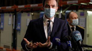 Le ministre de la Santé, Olivier Véran, visite un centre logistique pour la distribution du vaccin contre le Covid-19, àChanteloup-en-Brie (Seine-et-Marne), le 22 décembre 2020. (GEOFFROY VAN DER HASSELT / POOL / AFP)