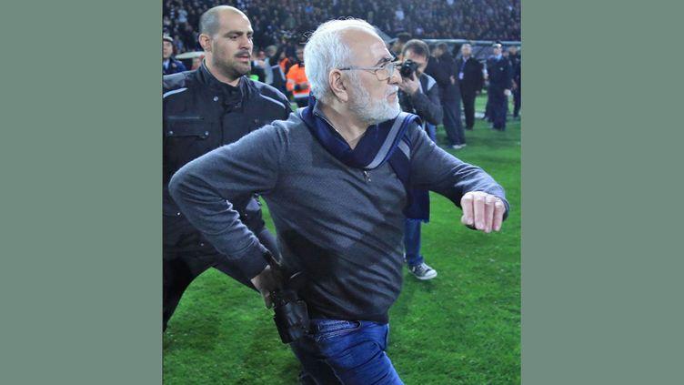 Le président du PAOK Ivan Savvidi, avec une arme à la ceinture