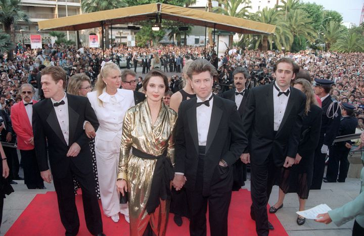 """Le réalisateur américain David Lynch et ses acteurs Willem Dafoe, Diane Ladd, Isabella Rossellini etNicolas Cage, avant la projection de""""Sailor et Lula"""", en 1990,qui obtiendra la palme d'or cette année-là. (GERARD JULIEN / AFP)"""