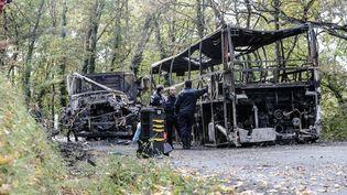 Les épaves calcinées du poids lourd et de l'autobus entrés en collision frontale à Puisseguin (Gironde), le 23 octobre 2015. L'accident avait fait 43 morts. (THIBAUD MORITZ / MAXPPP)