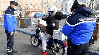 Des gendarmes effectuent un contrôle à Dunkerque, le 27 février 2021. (FRANCOIS LO PRESTI / AFP)