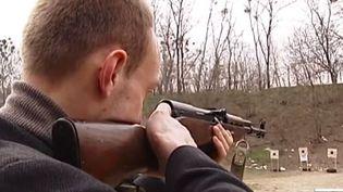 Capturrd'écran - Des Ukrainiens de Kiev apprennent le maniement des armes. mars 2014 ( FRANCE 2 / FRANCETV INFO)