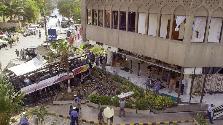 La scène de l'attentat de Karachi, au Pakistan, le 8 mai 2002. (REHAN ARIF / AFP)