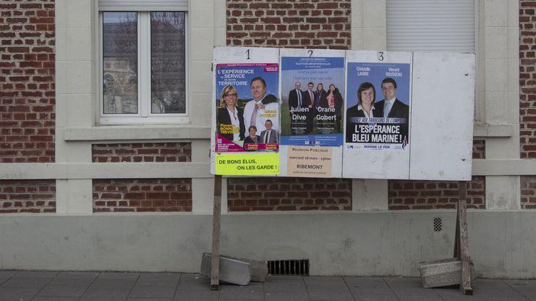 Les panneaux électoraux pour le second tour des départementales, le 26 mars 2015 à Ribemont (Aisne). (MATHIEU DEHLINGER / FRANCETV INFO)