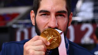 Nikola Karabatic avec sa médaille d'or olympique aux Jeux olympiques de Tokyo 2020. (FRANCK FIFE / AFP)