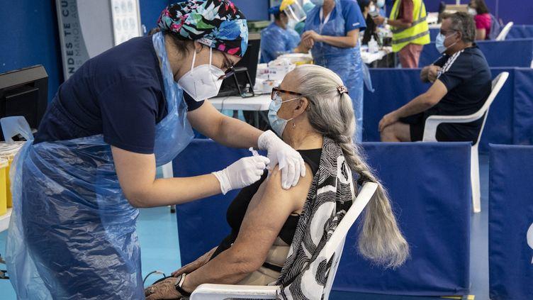 Une soignante administre une dose de vaccin chinois CoronaVac contre le Covid-19 dans un centre de vaccination de Santiago (Chili), le 15 février 2021. (MARTIN BERNETTI / AFP)