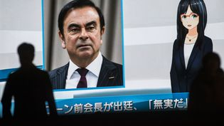 Carlos Ghosn, PDG de Renault et ex-patron de Nissan, sur un écran de télévision à Tokyo, le 8 janvier 2019. (BEHROUZ MEHRI / AFP)