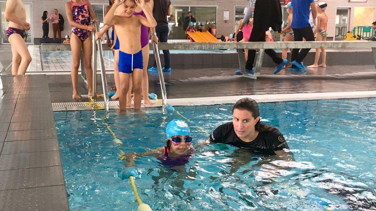 Franceinfo a assisté à un premier cours de natation à la piscine Rosa Parks de Clichy-sous-Bois. (AMAIA CAZENAVE / RADIOFRANCE)