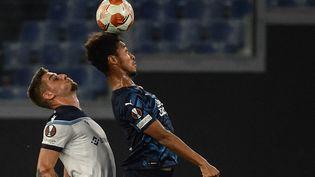 Le milieu de terrain de la LazioSergej Milinkovic-Savic perd son duel aérien avec le MarseillaisBoubacar Kamara, lors du match Lazio-OM le 21 octobre 2021. (FILIPPO MONTEFORTE / AFP)