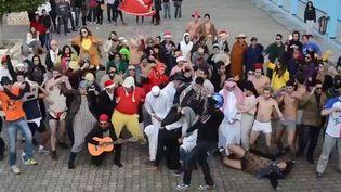 """Des lycéens tunisiens filment un """"Harlem Shake"""" dans la cour de leur établissement, février 2013.  (Droits réservés)"""