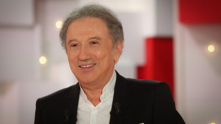 """L'animateur Michel Drucker sur le plateau de son émission """"Vivement Dimanche"""" sur France 2, le 24 mars 2021. (FRED DUGIT / MAXPPP)"""