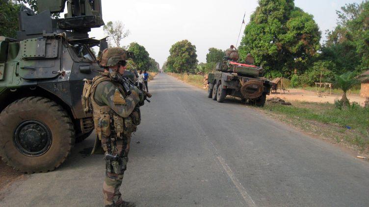 Un soldat français monte la garde à l'entrée de Sibut (Centrafrique), le 1er février 2014. (JEAN-PIERRE CAMPAGNE / AFP)