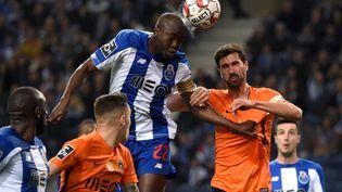 Danilo Pereira prend un ballon de la tête, lors d'un match entre le FC Porto et Rio Ave FC, le 7 mars 2020 à Porto (Portugal). (MIGUEL RIOPA / AFP)