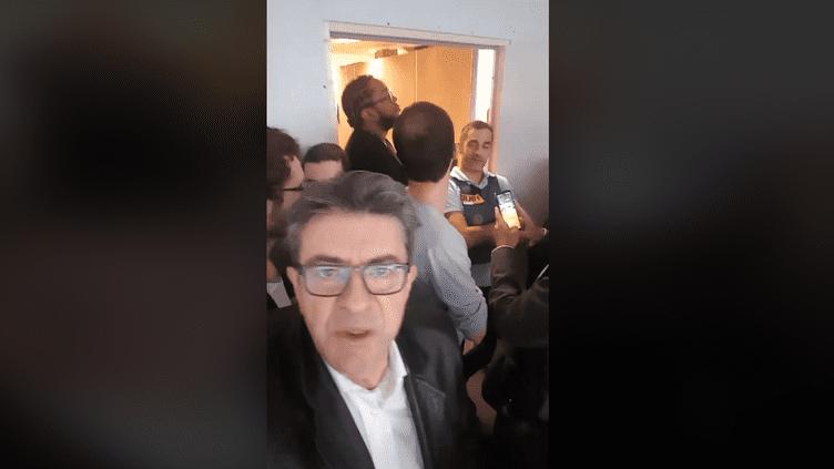 Jean-Luc Mélencfon filmant l'un des perquisitions du mardi 16 octobre 2018. (CAPTURE D'ECRAN / FACEBOOK JEAN-LUC MELENCHON)